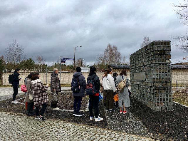 舗石を見る学生達