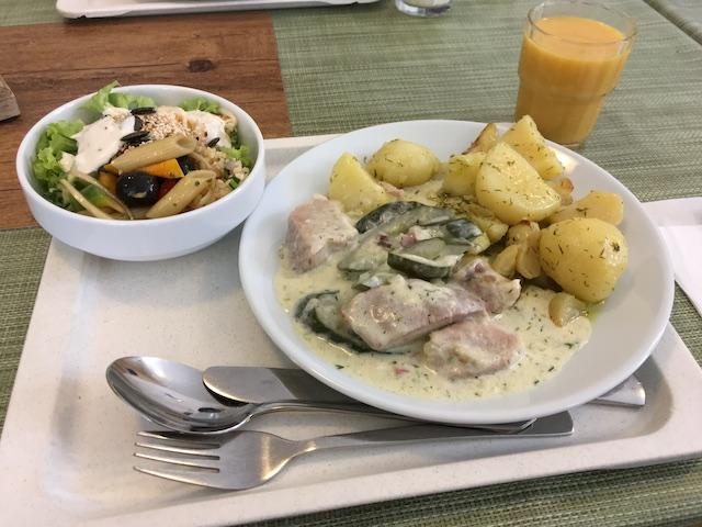 ユースホステルの昼食