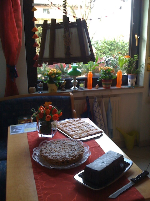 テーブルの上にケーキが3種類