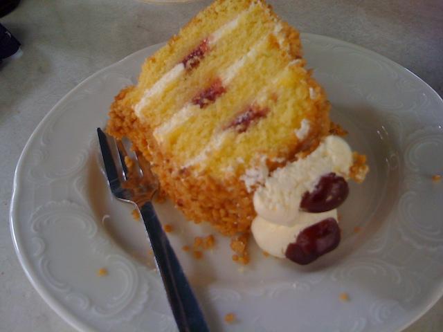 横になっているケーキ