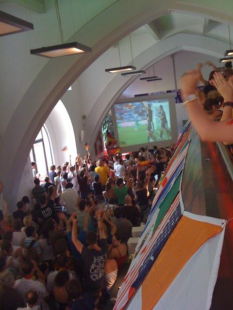 大型スクリーンでサッカー観戦する大勢の学生