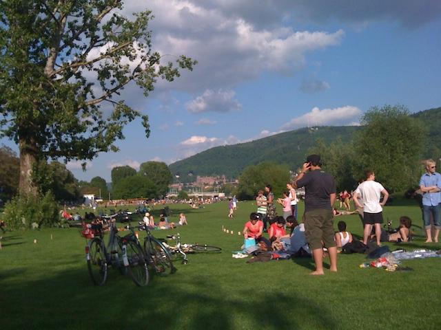 芝生の上でくつろぐ人々