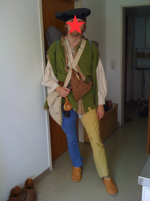 中世風の衣裳で全身をきめた若い男性