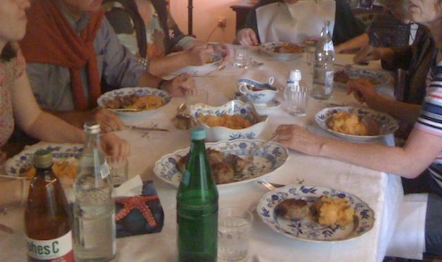 大勢で囲む食卓とドイツ料理