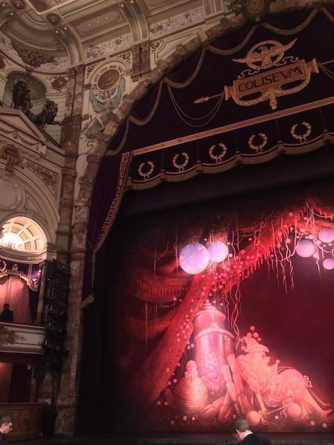 客席から見た豪華な劇場と、幕に描かれたおもちゃの絵