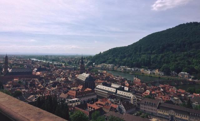 ハイデルベルクの旧市街と、ネッカー川と山