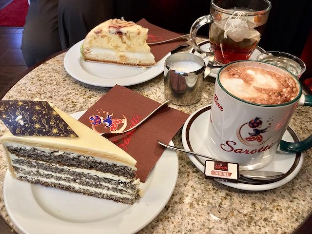 テーブルの上のケーキと飲み物