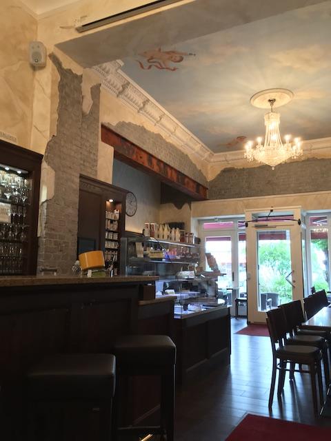 シャンデリアがある、おしゃれなカフェの内装