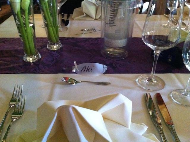 食事の席に置いてある食器類と名札