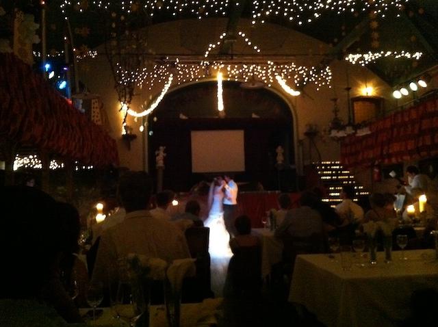 暗いホールの中で、ライトに照らされて踊る新郎新婦