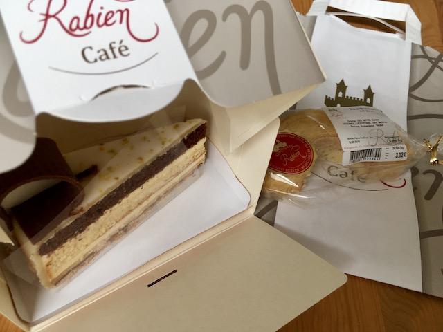 立派な紙箱に入ったケーキと、紙袋の上に置かれたバウムクーヘン