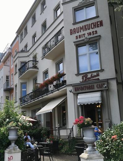 『Baumkuchen』と書かれた建物の角にあるカフェ