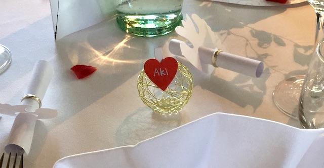 白いテーブルクロスの上に置かれた、『Aki』という可愛いハート型の名札