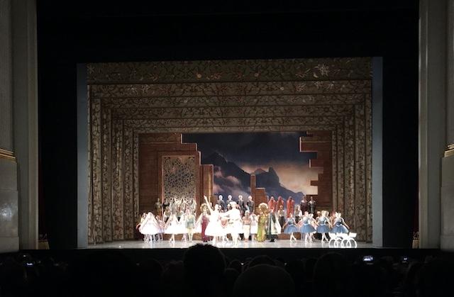 舞台上に並んでお辞儀をするダンサーたち