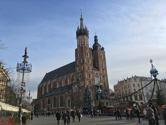 煉瓦造りの美しい教会とクリスマスマーケット