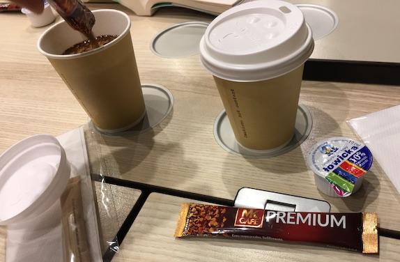 蓋付きのカップとインスタントコーヒー