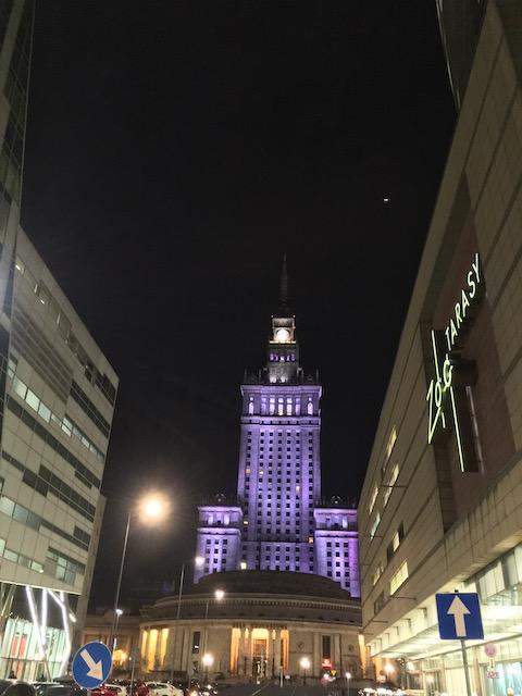ライトアップされた高い建物