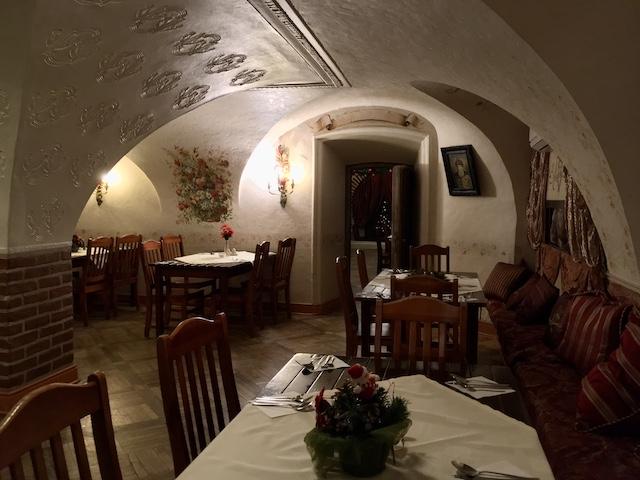 ワインセラーを改築したシックな内装のレストラン