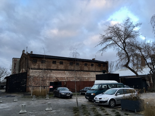 薄暗い雰囲気の建物と駐車場