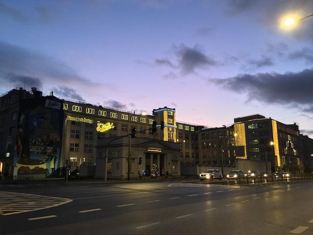 薄闇の中で明かりが点っている大きな工場
