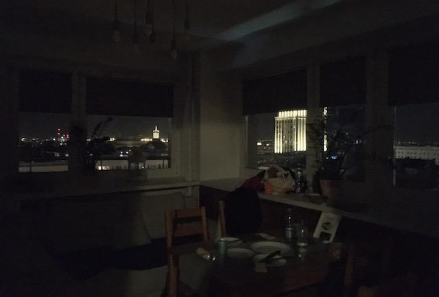 夜景が見えるアパートの部屋