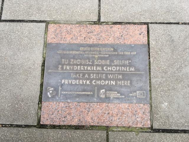 足元の石に埋め込まれたプレート、Take a selfie with Fryderyk Chopin hereとある