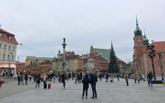 教会や建物に囲まれた美しい広場