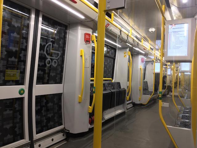 ほとんど乗客のいない地下鉄の車内