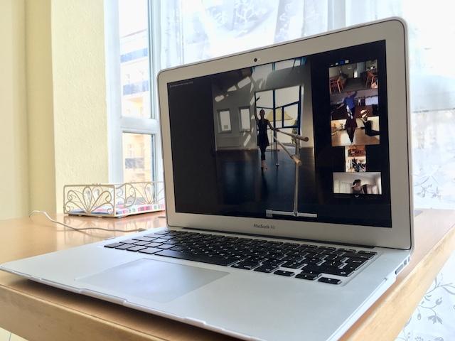 ノートパソコンの画面にうつるスタジオの先生と、それぞれ家から参加している仲間達