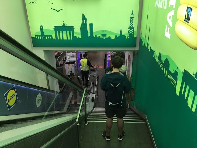 地下にあるスーパーに入店できるまで、階段で間隔をあけて並ぶ人達