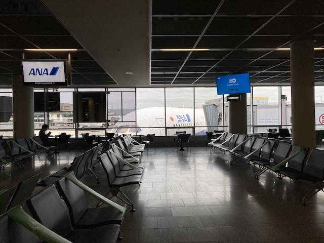 ほとんど誰も座っていない椅子が並び、窓の外にはANAの機体が見える