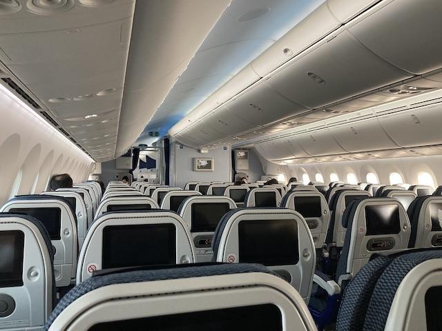 私の席から前の座席を写すと、ポツポツと人の頭が見える