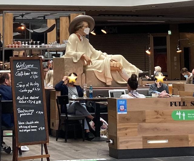 カフェの中心にあるゲーテ像と、その周りに座る利用客