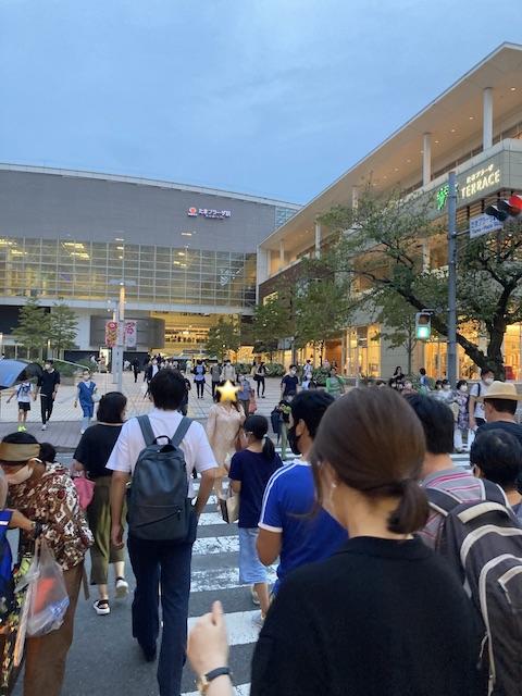 駅前の横断歩道を渡る大勢の人