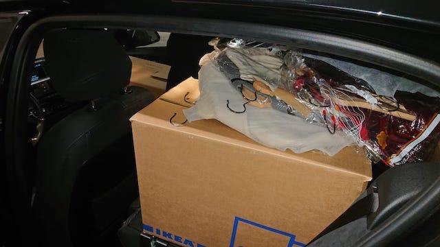 運転席以外が荷物で埋まった車内