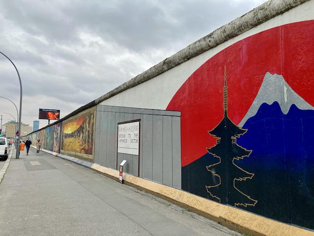 ベルリンの壁の一部に描かれた富士山と五重塔
