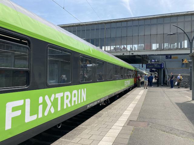 ハイデルベルク駅に停まっている黄緑色の電車