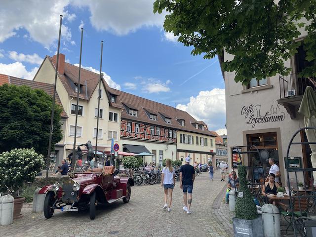 カラフルな建物と、ボルドー色のクラシックカー