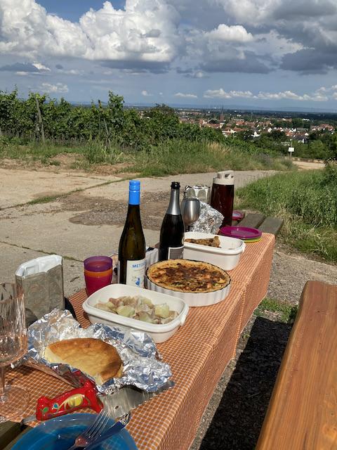 チェック柄のテーブルクロスの上に並んだ食べ物と飲み物