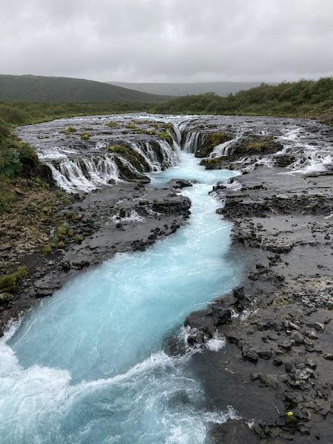 糸のような水が集まり川となって流れ落ちる