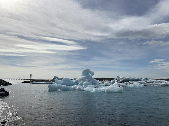 氷河湖に浮く大きな氷の塊