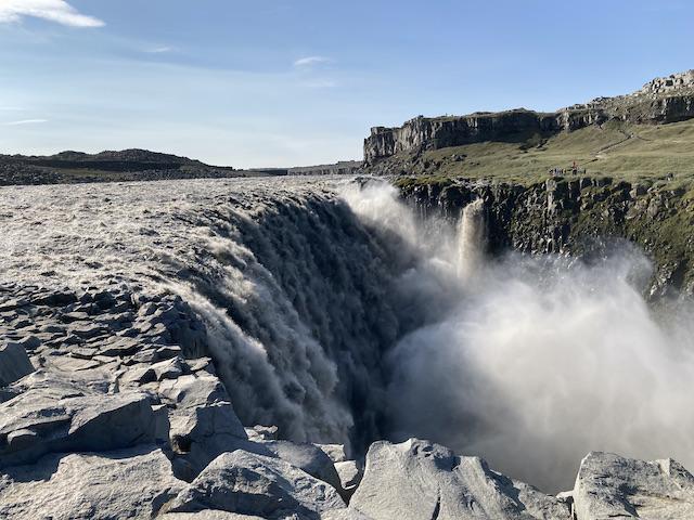 真っ白な水飛沫をあげながら流れ落ちる川のような滝