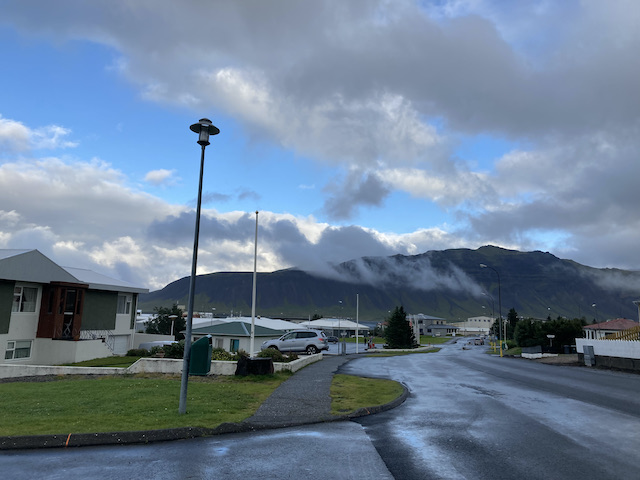 住宅街に垂れ込める雲