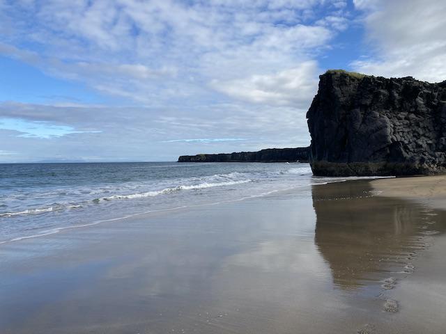 砂に薄く張った水に青空が映り、不思議な色になっている