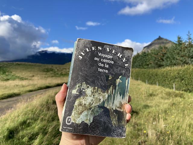氷河のある火山を背景に、本の表紙