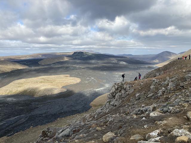 山の間を縫うように広がる溶岩